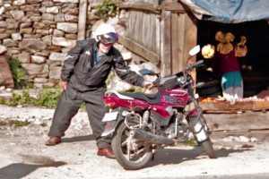Simon Gandolfi riding a TVS 125 up to a Himalayan Pass