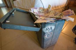 safe money management traveling abroad