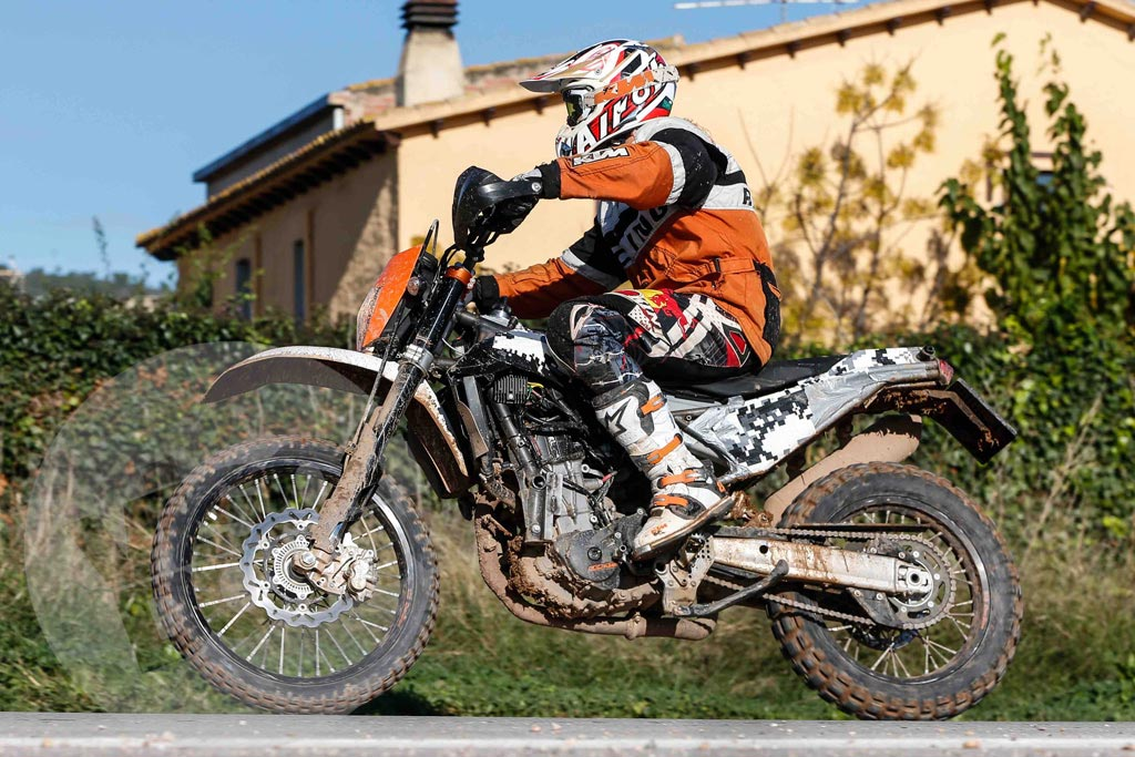 2018 ktm 990. contemporary 2018 could this spy photo reveal a 2016 ktm 690 u0027adventureu0027 disguised as the new  enduro r photo courtesy visordown throughout 2018 ktm 990