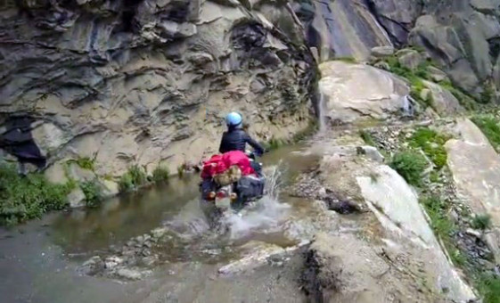 Five French girls ride himalayan cliffs