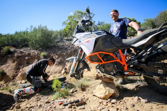 KTM 1090 Adventure R Test - Fixing a flat without a center stand.